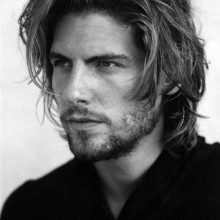 unordentlich nach hinten geschoben flow Frisuren für Jungs