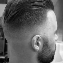 verblasste slicked zurück undercut Jungs Haarschnitt