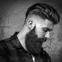zurückgekämmt lockige Haare bei Männern