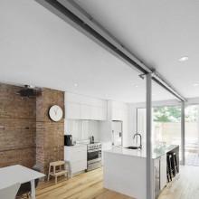 Erdgeschoss-Wohnung Renovierung Bürgerlichen Lechasseur Architekten moderne Küche freiliegende ziegelwand
