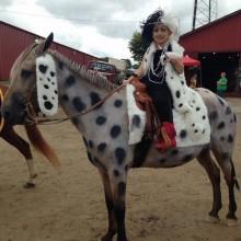 Halloween-Kostüme für Pferd und Reiter cruella de ville
