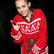 Miley Cyrus in hässlichen Weihnachten Pullover