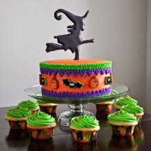 Non scary Halloween-Kuchen-Dekorationen mit auf einem Besen halloween-cupcakes
