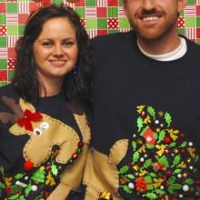 Paare, die hässliche Weihnachts-Pullover-Ideen zu Weihnachten Bäume Rentier
