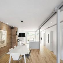 Renovierung Bürgerlichen Lechasseur Architekten offene Grundriss natural wood flooring backstein Wand