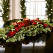 Weihnachts-Tabelle canterpiece Ideen Esszimmer Weihnachten Dekoration evergreens Kerzen Bänder