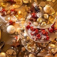besten Weihnachts-Tisch-Deko-Ideen in gold-Verzierungen weiße Geschirr