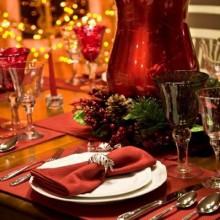 besten Weihnachts-Tisch-Deko-Ideen rote Ornamente Kerzenhalter grüne Zweige