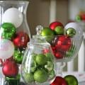 einfache, schnelle DIY-Weihnachts-Mittelstück-Ideen traditionellen Farben rot-grün-baumschmuck Glas-vase