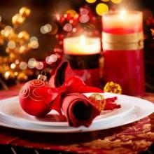 elegante Weihnachts-Tisch-Deko rot-weißen Farben mit gold-Akzenten-Kerzen