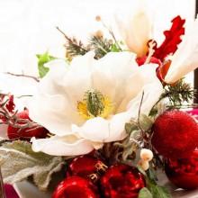eleganten Weihnachts-Mittelstück-design-Idee-weiße-Keramik-Tablett, weiße Blüten rot Baum Ornamente