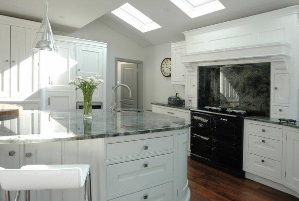 graue Granit-Arbeitsplatte-weiß-Holz-Schränke-Dachfenster, moderne ...