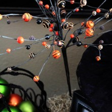 halloween Baum Dekoration Ideen bunte Kugeln schwarze äste
