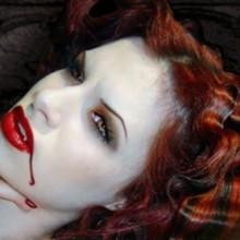 halloween make-up Ideen, Vampir-make-up-smoky eyes, fake blood Kontaktlinsen
