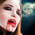 scary halloween make-up Ideen vampire künstliche Vampir-Zähne fake blood