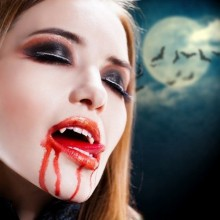 scary halloween make-up Ideen vampire künstliche Vampir-Zähne fake blood