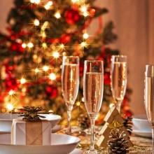 schicke, weihnachtliche Tischdekoration rot weiß Farben Tischläufer Kerzen