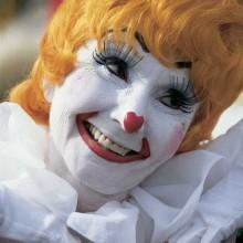 süßes clown make-up-Ideen, Frau, weißes Gesicht, rote Nase, gelbe Perücke