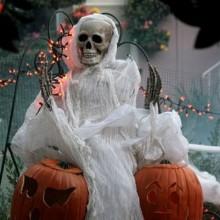 coole-outdoor-halloween-deko-ideen-spooky-skelett-ghost