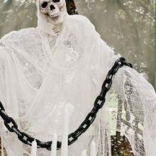 coole-outdoor-halloween-dekoration-ideen-skelett-geist-chain