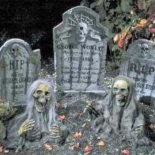 garten-deko-ideen-zu-halloween-requisiten-geister-skelette-grabsteine