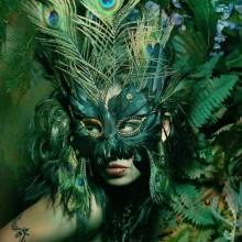 halloween-kostuem-frau-der-natur-gruen-pfau-maske-3