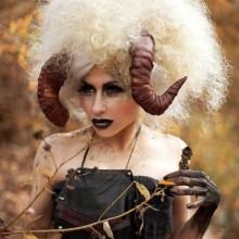 halloween-kostueme-frau-widderhoernern-lockiges-haar-6