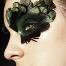 halloween-kostueme-ideen-make-up-green-feather-20