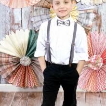 Oster-outfits für Jungen schwarze Hose bow tie Hosenträger