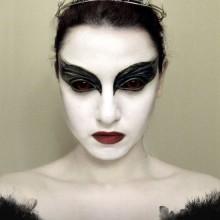 schwarzes-kleid-halloween-make-up-ideen-frauen-13
