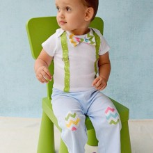 baby-junge-Ostern-outfit Idee bow tie Hosenträger Eier