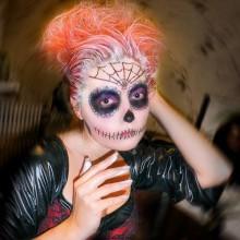 gruseligen-halloween-kostuem-fuer-teenie-maedchen-peruecke-hahooween-make-up-ideen