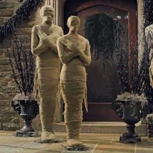 halloween-deko-ideen-haustuer-halloween-requisiten-mumien