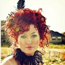 halloween-frau-haar-ideen-rot-schwarz-feder-35
