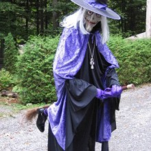 halloween-garten-deko-ideen-halloween-requisiten-fliegende-hexe