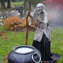 halloween-hof-deko-ideen-halloween-requisiten-hexe-hexenkessel