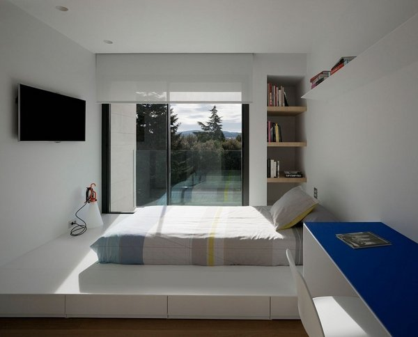 kleine-schlafzimmer-design-ideen-low-bett-plattform-balkon-wand-tv ...