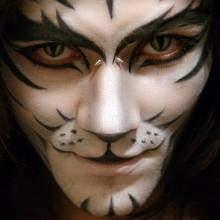 kreative-halloween-make-up-fuer-maenner-white-tiger-gesicht-malen